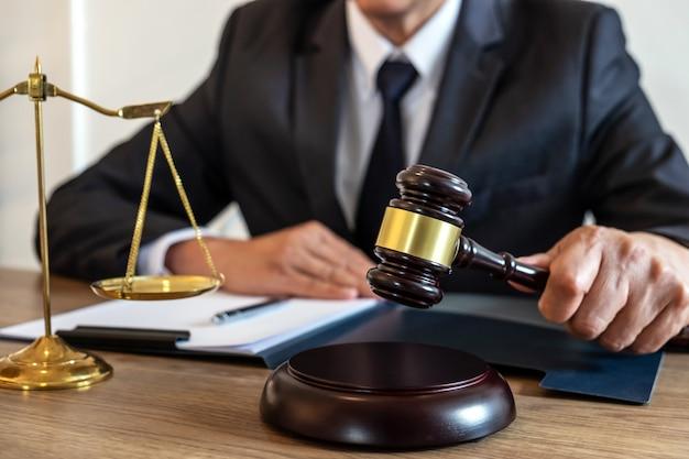 Advocaat of notaris die werkt aan documenten en rapporten van de belangrijke zaak in het advocatenkantoor