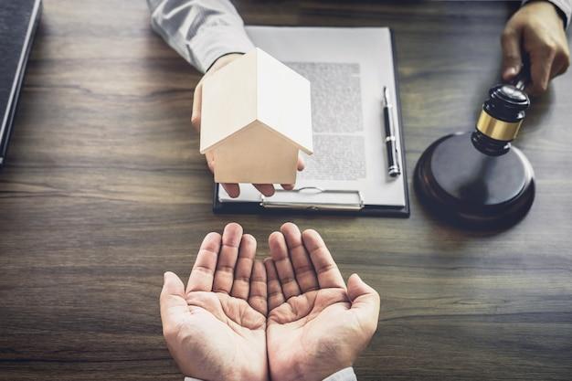Advocaat of rechter raadpleeg cliënt en werk met rechtsboeken