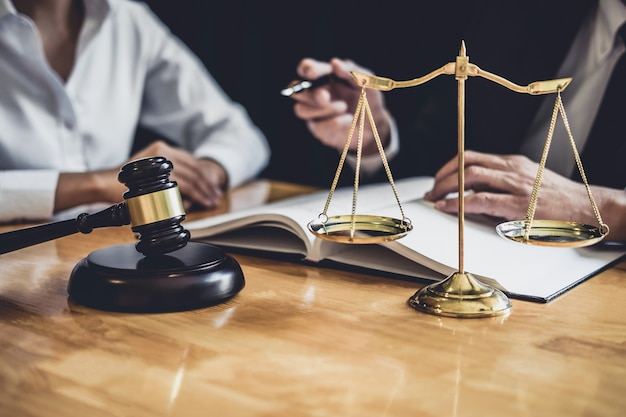 Advocaat of vertrouwenspersoon die in de rechtszaal werken, een ontmoeting met de klant zijn consultaties