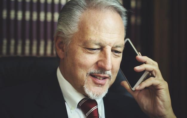 Advocaat praten aan de telefoon in zijn atelier