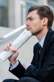 Advocaat. zakenman met krant zitten in city