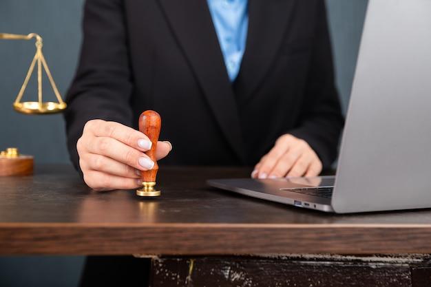 Advocaat zakenvrouw werken en notaris ondertekent de documenten op kantoor