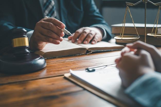 Advocaten geven advies over oordeel, overeenkomsten, gerechtigheid klant