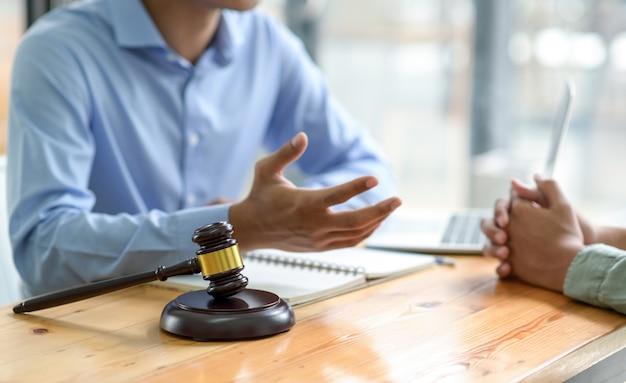 Advocaten geven juridisch advies aan het publiek