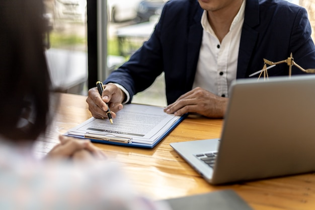 Advocaten of advocaten adviseren cliënten in lasterzaken, ze verzamelen bewijsmateriaal om de partijen aan te klagen voor schadevergoeding. het concept van laster case counseling.