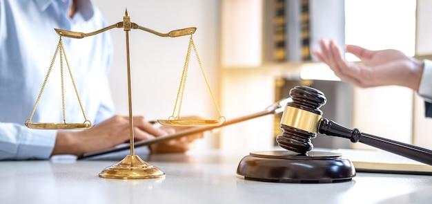 Advocaten raadplegen op kantoor