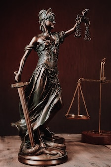 Advocatenkantoren van advocaten juridisch standbeeld griekse blinde godin themis bronzen metalen beeldje met schalen van gerechtigheid. - afbeelding