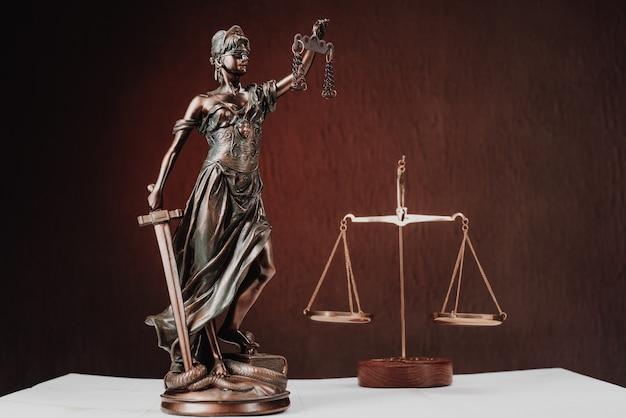Advocatenkantoren van advocaten juridisch standbeeld griekse blinde godin