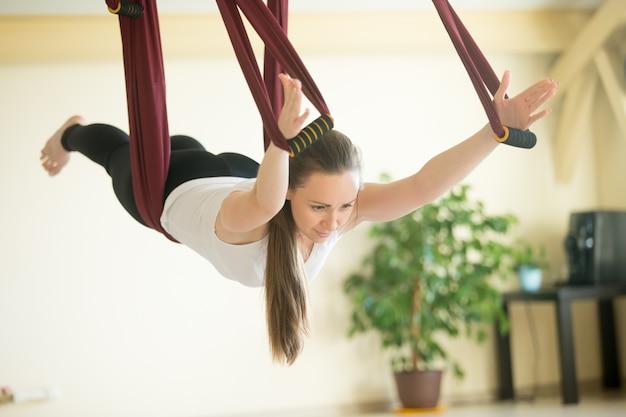 Aerial yoga: vliegen in hangmat in salabhasana vormen