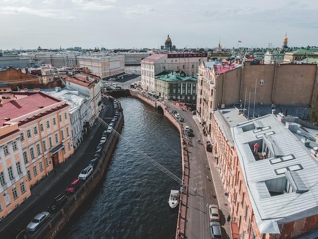 Aerialphoto moika-rivier, stadscentrum, oude huizen, rivierboten. st. petersburg, rusland.
