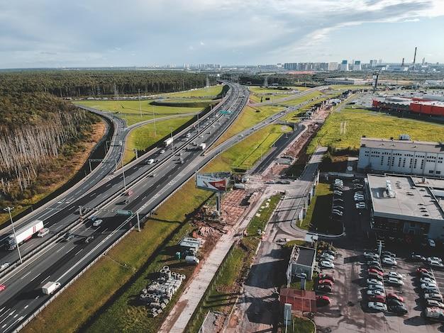 Aerialphoto snelweg, uitwisseling, auto, bos. sint-petersburg, rusland