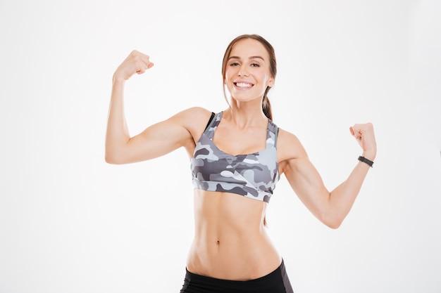 Aërobe vrouw die biceps toont. . geïsoleerd