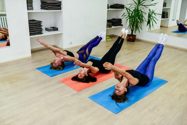 Aerobic pilates personal trainer in een gym groepsles op een rij