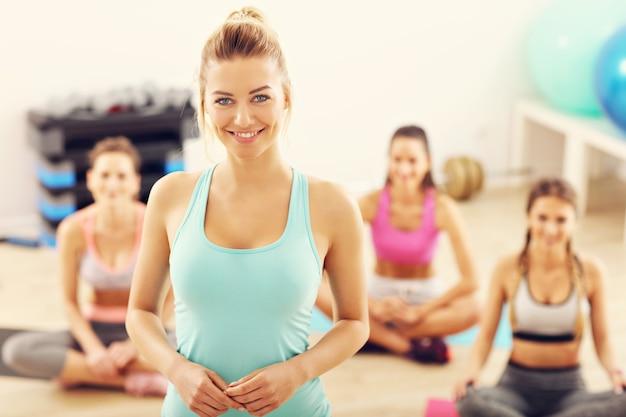Aerobics-instructeur met haar groep in de sportschool