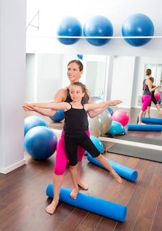 Aerobics vrouw persoonlijke trainer van kinderen meisje