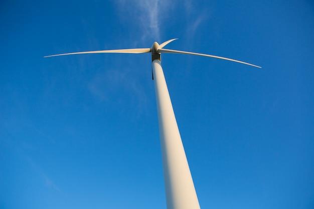 Aerogenerator windmolens voor groene energie in blauwe hemel