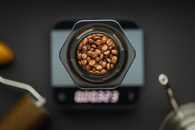 Aeropress koffiezetapparaat met weegschaal, koffiemolen en waterkoker