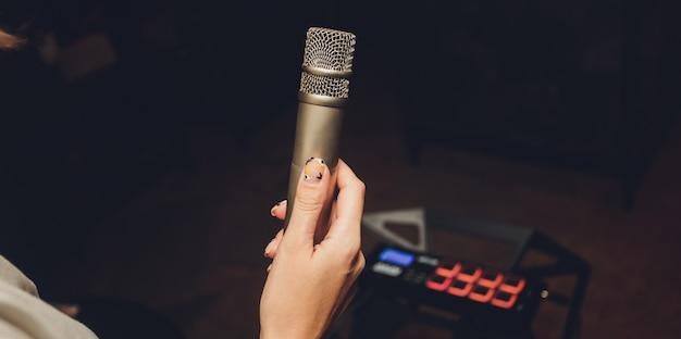 Afbeelding dat de omroeper in een microfoon spreekt.