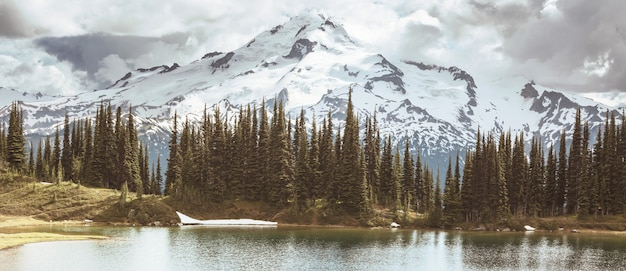 Afbeelding meer en glacier peak in washington, vs.