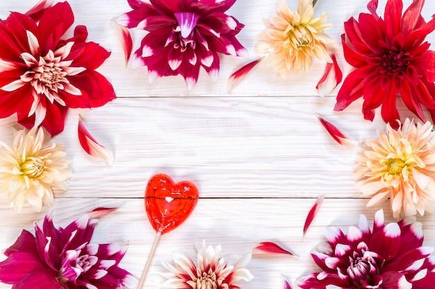 Afbeelding met dahlia's.