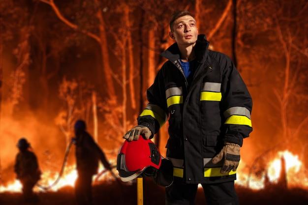 Afbeelding met een brandweerman tijdens zijn werk