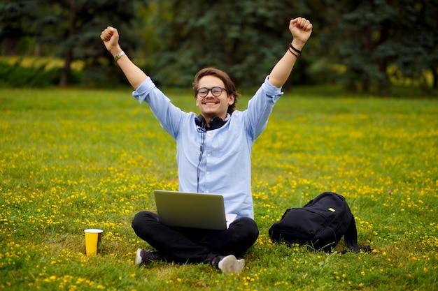 Afbeelding met een gelukkige student die klaar is met zijn huiswerk