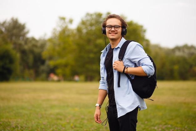 Afbeelding met een gelukkige student die naar muziek luistert