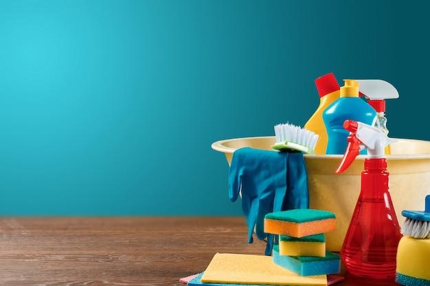 Afbeelding met verschillende hulpmiddelen voor het reinigen van het pand en schoonmaakmiddelen