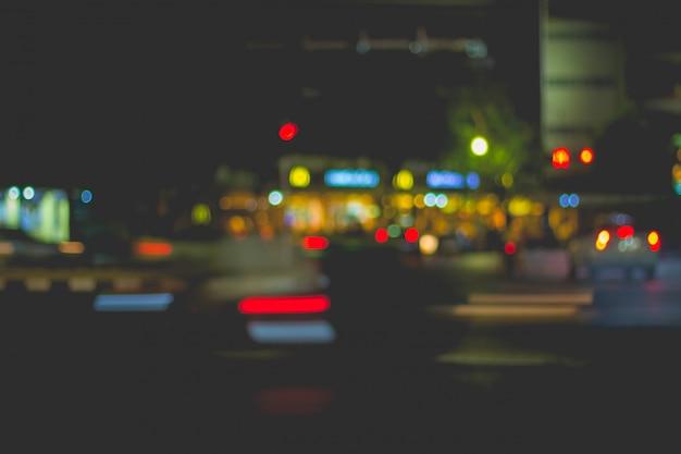 Afbeelding van autolicht en verkeer in de stad vervagen