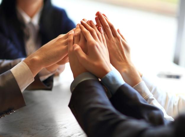 Afbeelding van bedrijfsmensenhanden bovenop elkaar