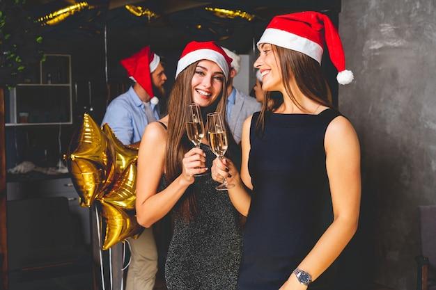 Afbeelding van beste vrienden die nieuwjaar vieren