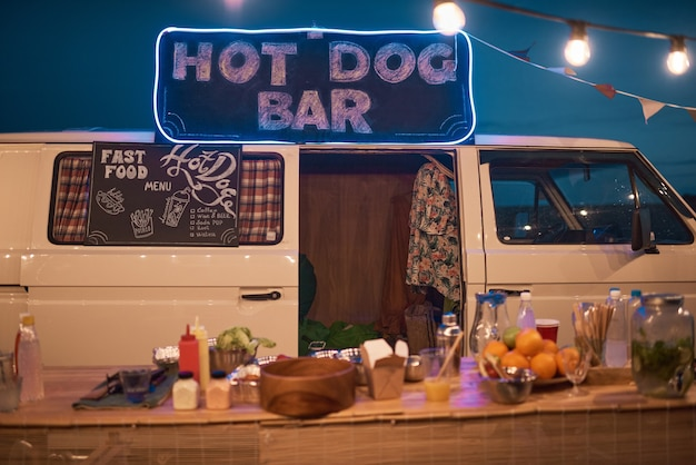 Afbeelding van buitenbar in busje met drankjes en eten op strandfeest
