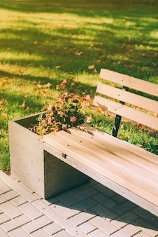 Afbeelding van buitenparkstoel met bloemen tijdens zonsondergang, tijd om te ontspannen