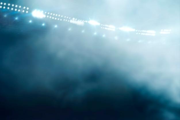 Afbeelding van de arena in rook. zoeklichten schijnen. sport concept