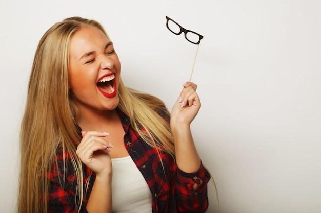 Afbeelding van de partij. jonge vrouw met een partij bril. op witte achtergrond.