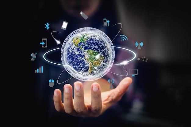 Afbeelding van de wereld op de palm van de zakenman. mediatechnologieën. elementen van deze afbeelding ingericht door nasa - afbeelding