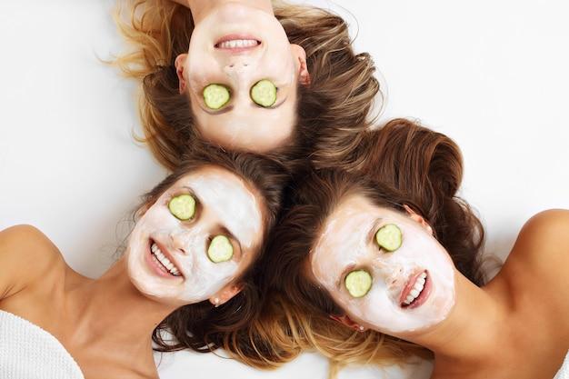 Afbeelding van drie vrienden met gezichtsmaskers op een witte achtergrond