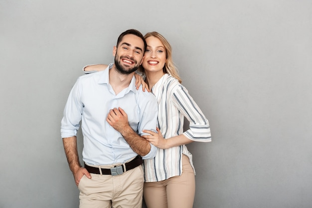 Afbeelding van een aantrekkelijk stel in casual kleding dat lacht en kijkt