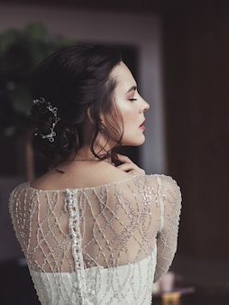 Afbeelding van een bruid met een mooi kapsel en make-up. trouwdag