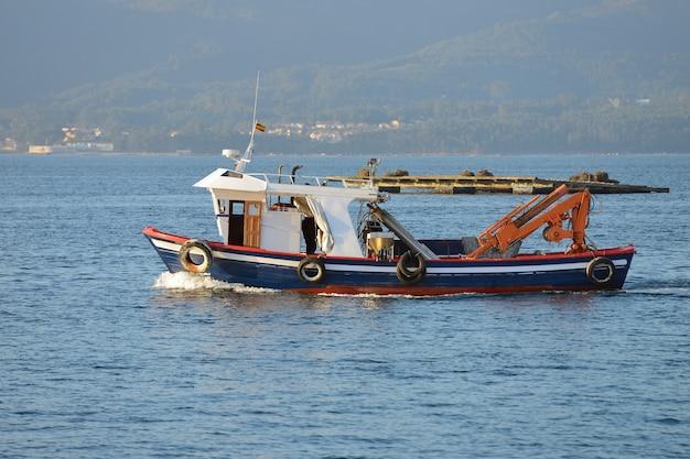 Afbeelding van een commerciële vissersboot op zee