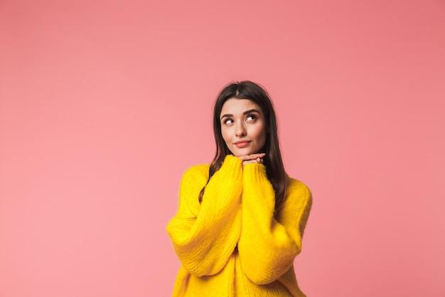 Afbeelding van een denkende jonge emotionele vrouw poseren geïsoleerd dan roze.