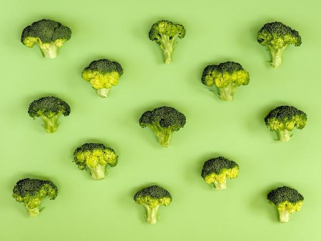 Afbeelding van een groep rauwe broccoli op een groen karton