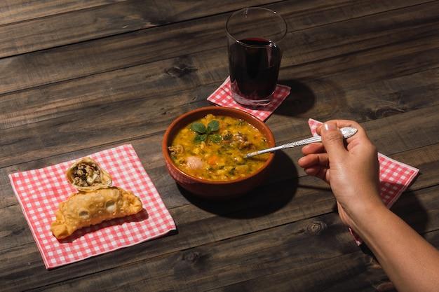 Afbeelding van een heerlijke typisch argentijnse maaltijd locro en empanadas.
