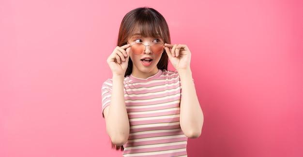 Afbeelding van een jong aziatisch meisje met roze t-shirt op roze