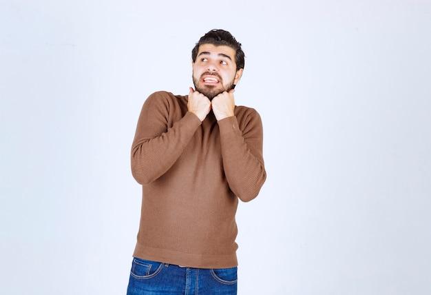 Afbeelding van een jonge bange man die probeert weg te komen van iets