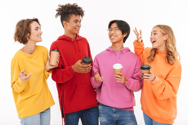 Afbeelding van een jonge groep vrienden studenten staan geïsoleerd, praten met elkaar koffie drinken.