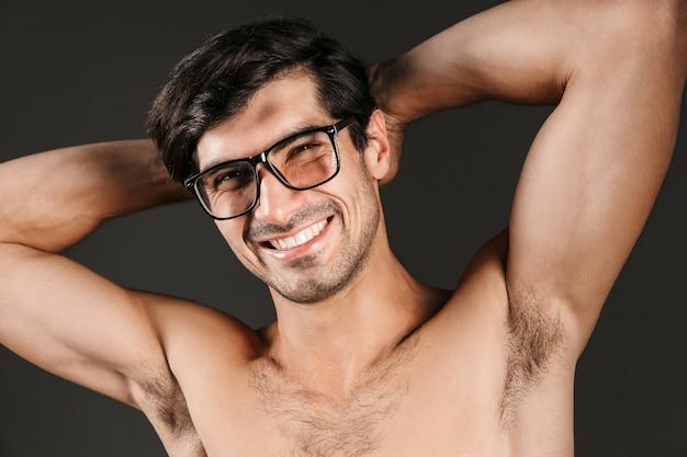 Afbeelding van een knappe jonge man geïsoleerd met een bril.