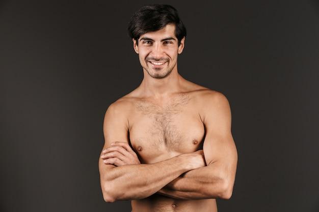 Afbeelding van een knappe naakte jonge lachende man poseren geïsoleerd.