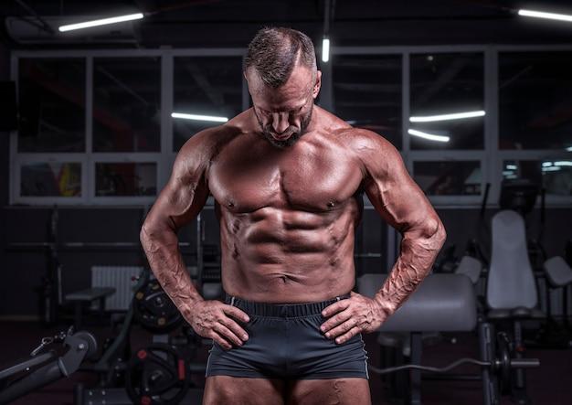 Afbeelding van een krachtige atleet die zich voordeed in de sportschool. fitness en bodybuilding concept. gemengde media