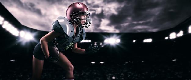 Afbeelding van een meisje dat met de bal door het stadion rent in het uniform van een american football-teamspeler. sportconcept. gemengde media